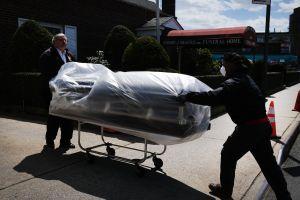 Anuncian dinero para funerales de víctimas de COVID, incluso indocumentados. ¿Cómo pedir esa ayuda federal?