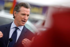 La mayoría de los latinos de California están en contra de la destitución del gobernador