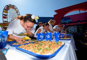 Hombre murió en concurso de comer tacos en Fresno; su hijo demanda a organizadores del evento