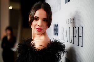 Eiza González y su look vintage Burberry con el que impuso tendencia