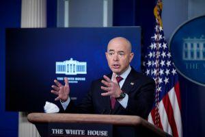 Gobierno de Biden aumenta visas de trabajo temporal; varias son para El Salvador, Guatemala y Honduras