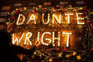 Minneapolis sigue con protestas y toques de queda a una semana de la muerte de Daunte Wright