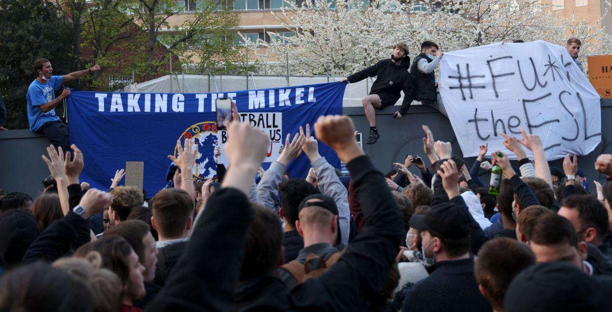 Autobús del Real Madrid fue atacado con botes de humo y latas en Stamford Bridge