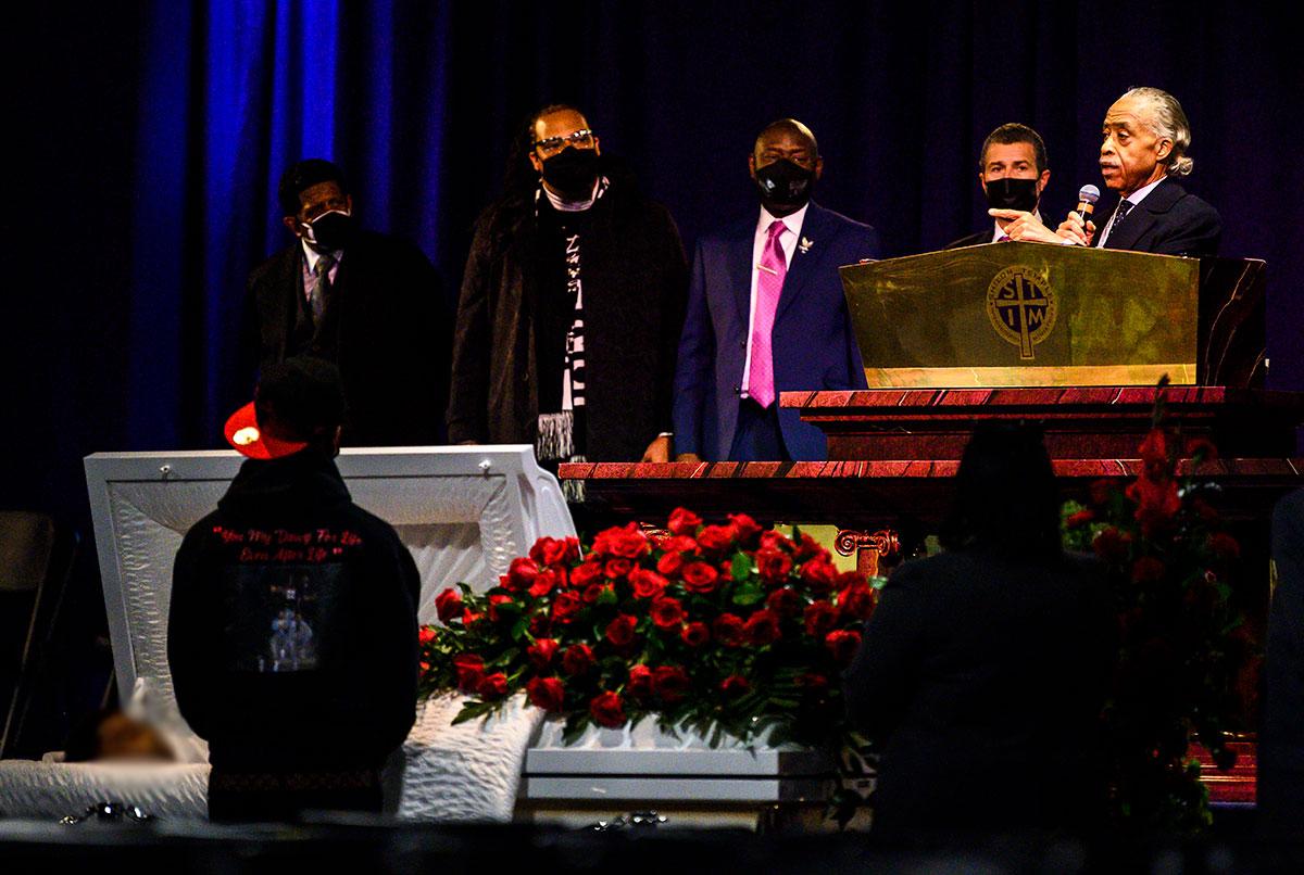 Dan el último adiós a Daunte Wright en Minneapolis; familia de George Floyd asiste al funeral