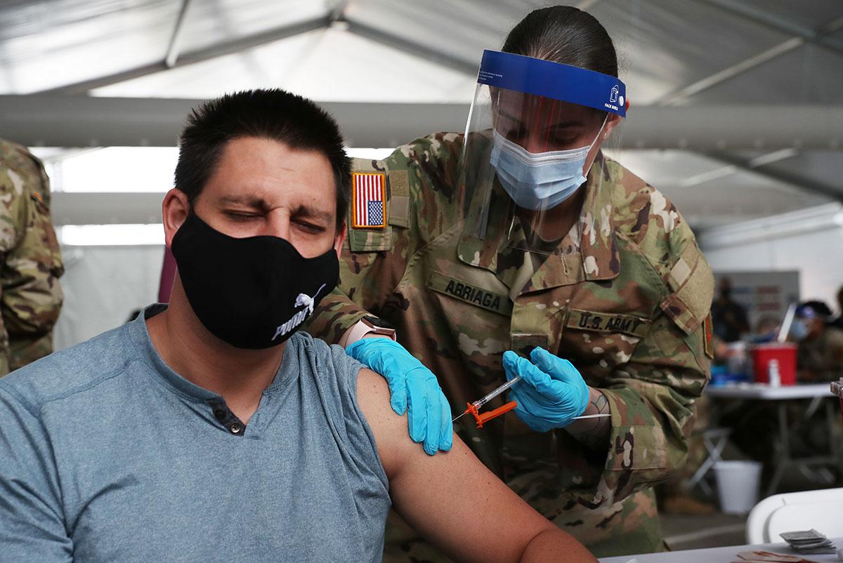 Florida retira límite de edad en vacunación contra COVID-19 y aplicará dosis a todos los mayores de 18 años