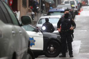 Hijo de ancianos asiáticos los defiende con machete en mano de ladrones en Oakland