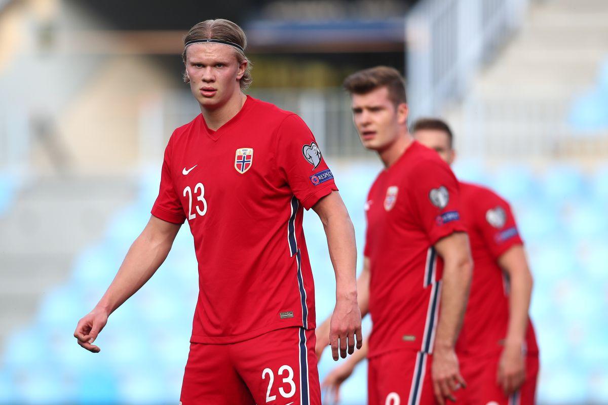Haaland disputando un partido para la selección de Noruega.