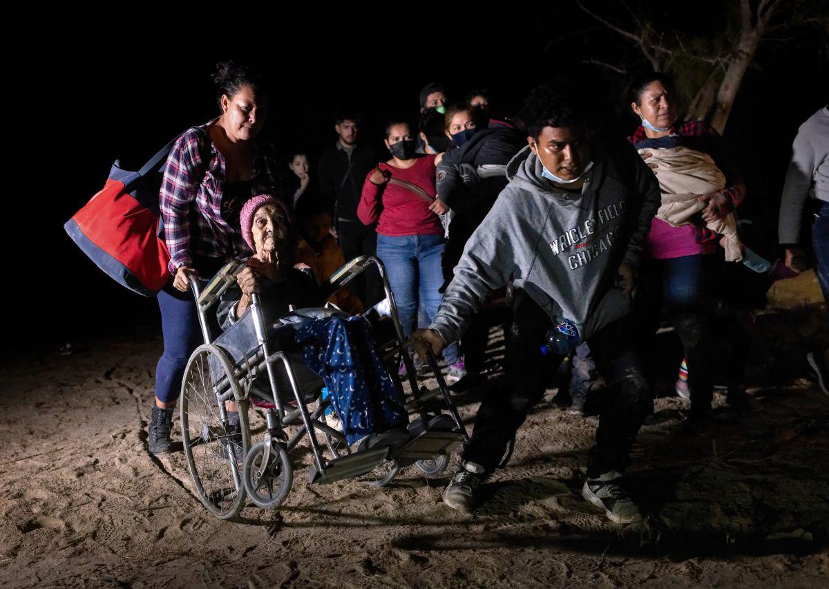 FOTOS: Hondureña de 93 años cruza la frontera en silla de ruedas junto a su nieta y otros centroamericanos