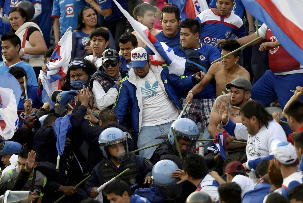 La policía controlando a fanáticos enardecidos