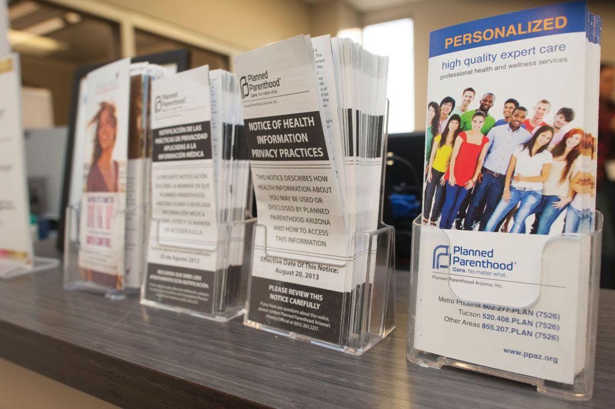 La organización Planned Parenthood dijo que está considerando iniciar una batalla legal por la nueva ley en Arizona.