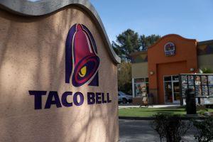 Joven hispano de Fresno pone el ejemplo al sentarse a almorzar con indigente tras comprarle comida en Taco Bell