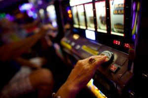 Turista gana $2.1 millones de dólares en una máquina tragamonedas de Las Vegas