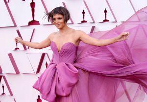 Halle Berry llegó con un nuevo look y un vestido color lavanda. Foto: Chris Pizzello-Pool/ Getty Images.