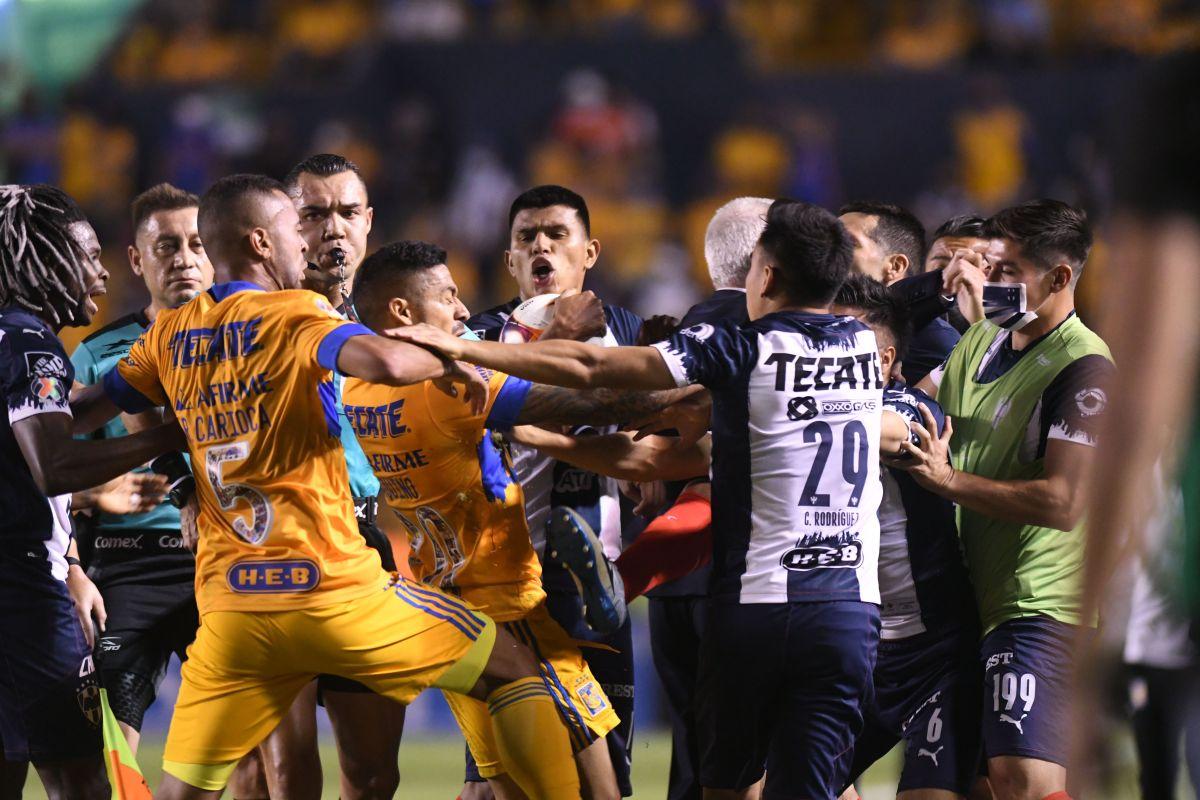 El chileno Sebastián Vegas, del Monterrey, y el brasileño Rafael Carioca, de los Tigres fueron expulsados por la golpiza.