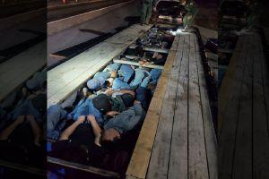 Patrulla Fronteriza descubre a 20 inmigrantes escondidos en la base de un tráiler