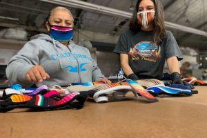 'Salvage María', reutiliza ropa usada para crear cobijas y mucho más
