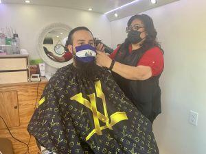 La pandemia obliga a estilista a abrir salón de belleza ambulante