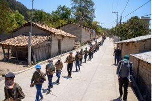 Niños armados marchan en Guerrero para pedir becas y apoyos al gobierno mexicano
