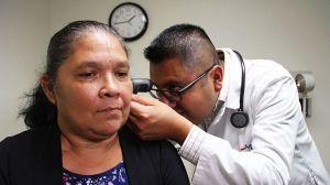 Proponen que hijos adultos incluyan a padres indocumentados en su seguro de salud