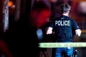 Al menos 5 personas, incluida una niña de 4 años, recibieron disparos fuera de una funeraria en Indianapolis