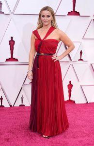 Reese Witherspoon escogió el rojo para hacer presencia en la alfombra roja. Foto: Chris Pizzello-Pool/ Getty Images.