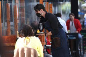 Restaurantes batallan con escasez de trabajadores y miedo al covid-19