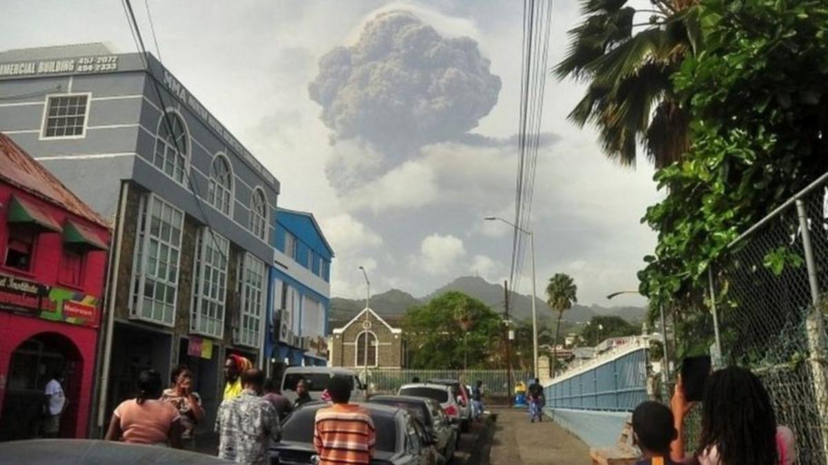"""""""Tenemos más ceniza que agua"""", el primer ministro de San Vicente le cuenta a BBC Mundo la desesperación en la isla caribeña"""