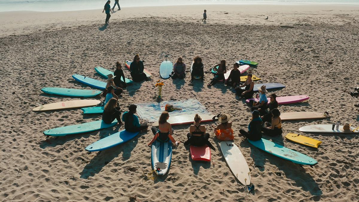 Un grupo de terapia de surf antes de entrar al agua.