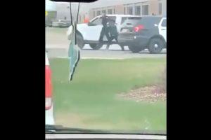 VIDEO: Hombre blanco de 61 años arrastra con camioneta a oficial de policía y le pega con martillo