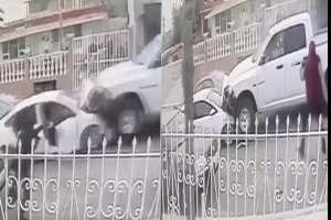 VIDEO: Momento exacto que sicarios disparan y chocan contra policías