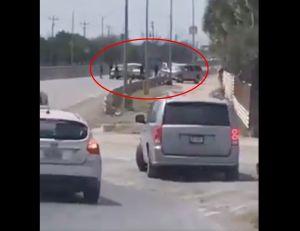 VIDEO: Narcos del Cártel del Golfo roban autos a ciudadanos mexicanos y estadounidenses que cruzan la frontera