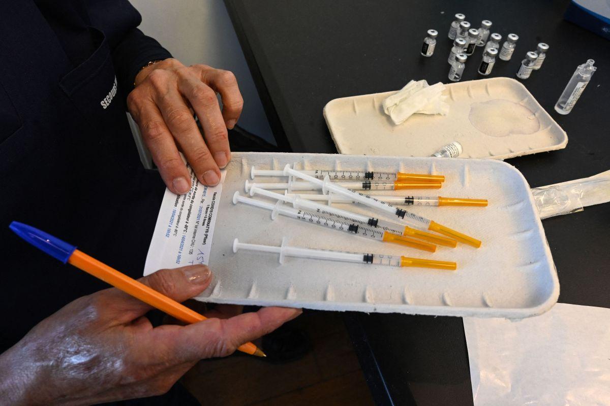 La vacuna de Pfizer requiere de dos dosis para una completa inoculación.