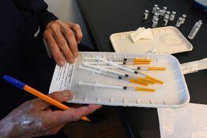 CEO de Pfizer dice que es probable que se necesite una tercera dosis de su vacuna en 12 meses