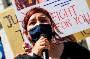 Familiares de un latino autista que fue herido de bala por la policía protestan en Los Ángeles