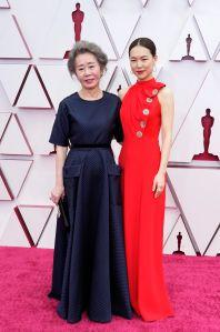 Youn Yuh-jung y Han Ye-ri elegantes y sobrias. Foto: Chris Pizzello-Pool/ Getty Images.