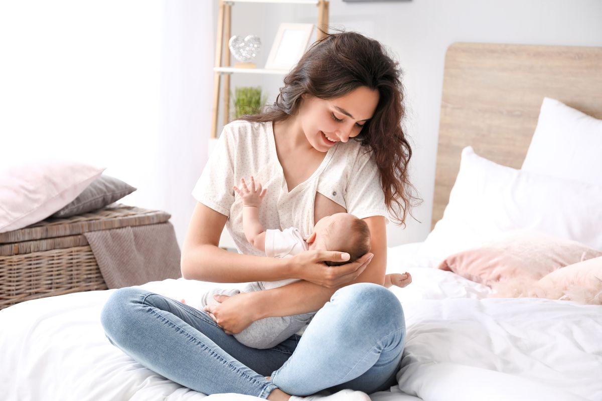 5 estilos de camisas y tops para amamantar fácilmente a tu bebé