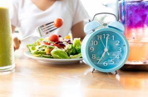 5 libros en español que te enseñarán a hacer la dieta del ayuno intermitente