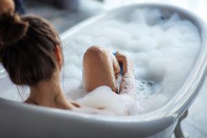 5 productos que debes tener para disfrutar de un baño de tina como de spa