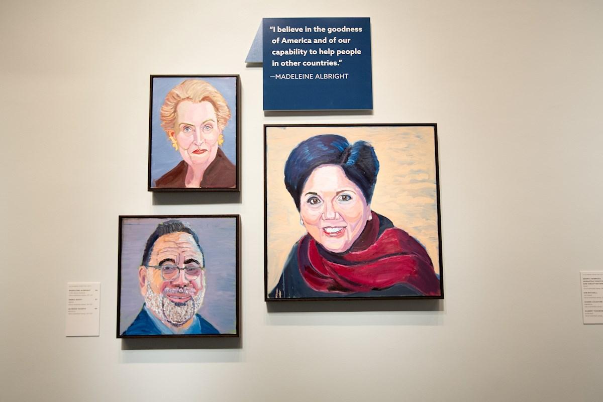 Expresidente de EE.UU. George W. Bush inaugura exhibición de retratos de inmigrantes en Texas