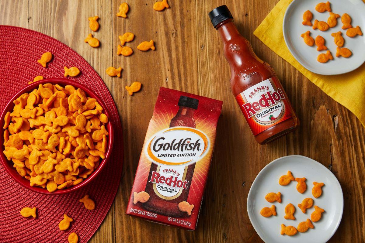 Goldfish y Frank's RedHot se unieron para crear unas galletas sabor a salsa picante