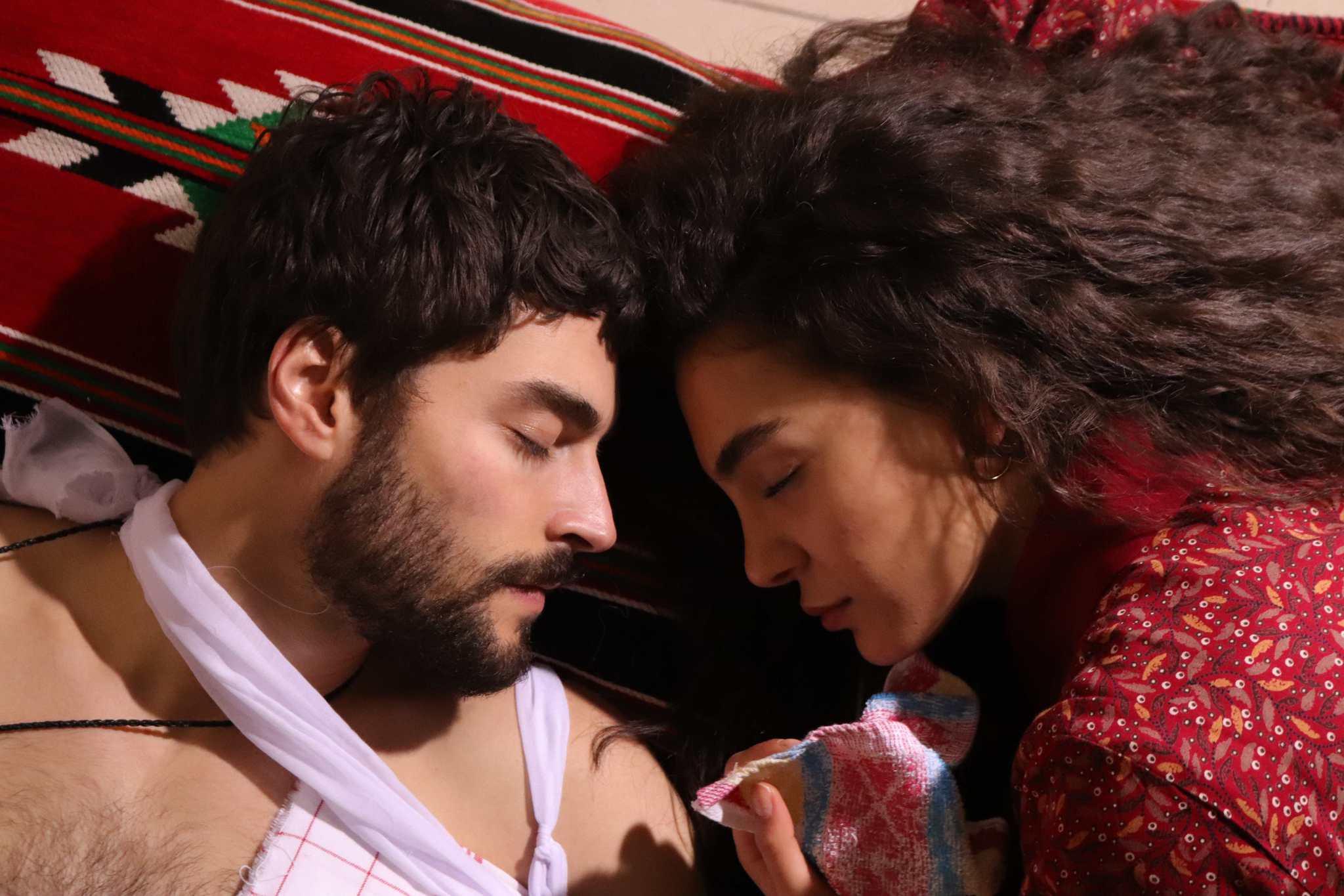 Ebru Şahin y Akin Akinözü protagonizan 'Hercai', la nueva serie turca de Telemundo