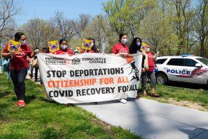 Inmigrantes piden ayuda a Kamala Harris frente a su casa