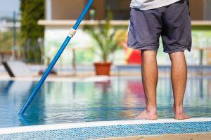 Los mejores productos para limpiar tu piscina a profundidad