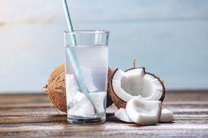 4 beneficios del agua de coco para cuidar tu cuerpo de pies a cabeza