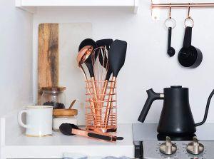 Sets de utensilios en color dorado, negro, y rose gold para darle un toque moderno a tu cocina