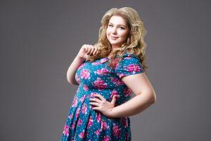 6 vestidos plus size con estampado floral para usar en primavera