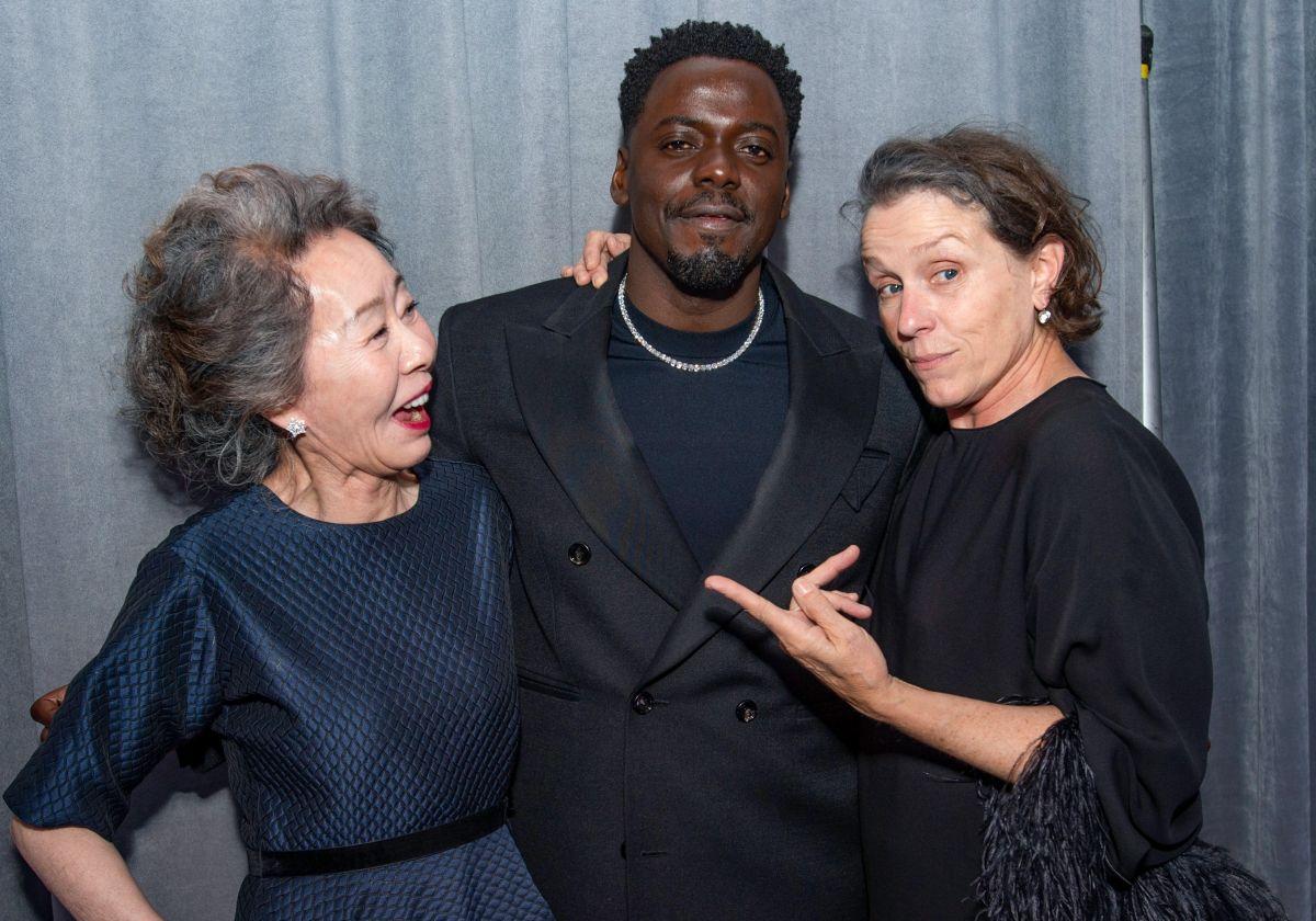 Yuh-Jung Youn (Mejor Actriz de Reparto), Daniel Kaluuya (Mejor Actor de Reparto) y Frances McDormand (Mejor Actriz) luego de la entrega de los premios Oscar 2021.