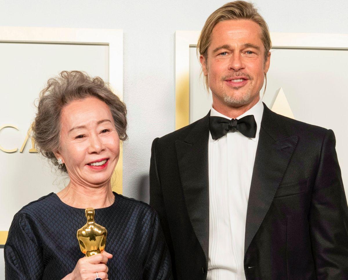 Yuh-Jung Youn -ganadora del Oscar como Mejor Actriz de Reparto- y Brad Pitt.