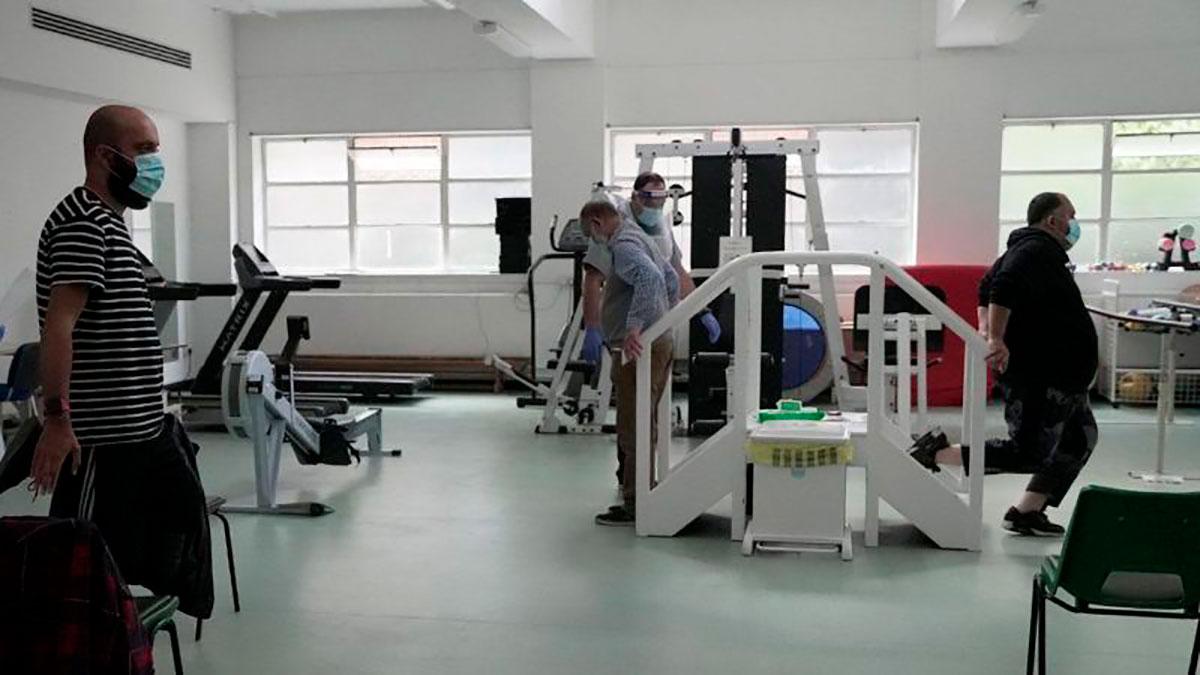 """""""Niebla en el cerebro y un dolor punzante en las piernas"""": dentro de una clínica de recuperación para pacientes con COVID-19 de larga duración"""