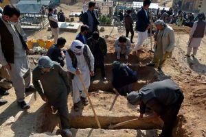 El horror en Afganistán tras la explosión cerca de una escuela que dejó al menos 60 muertos, la mayoría niñas